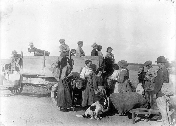 Camion du CARD, évacuation pendant la retraite de 1918 : groupe de paysans