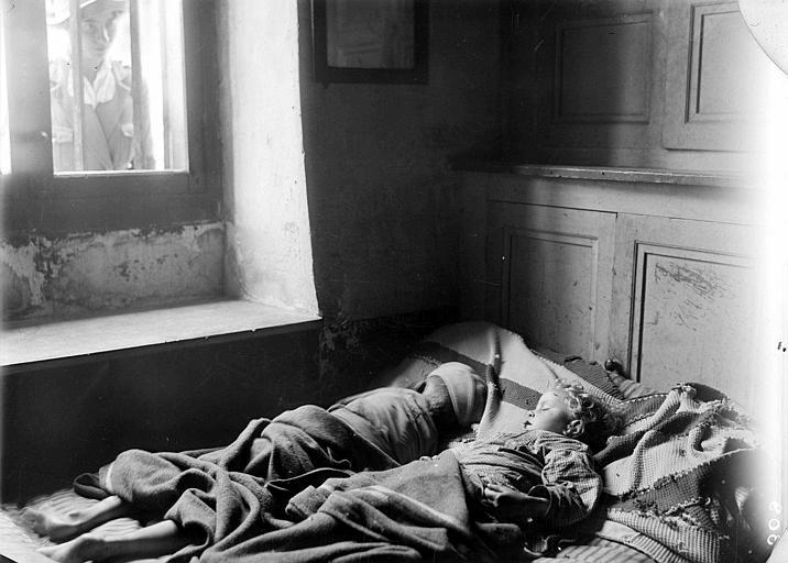 Intérieur, enfants de réfugiés gardés par le CARD dormant sous la surveillance d'une travailleuse