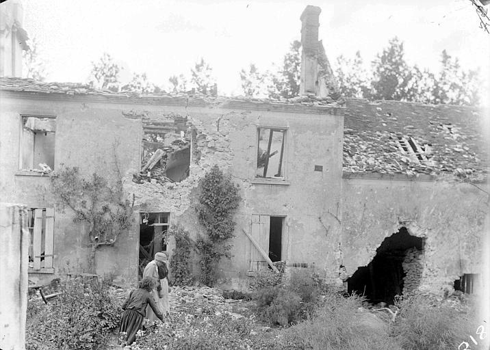 Maison bombardée, restes de façade, avec jardin : réfugiées avec Lucile Atcherson