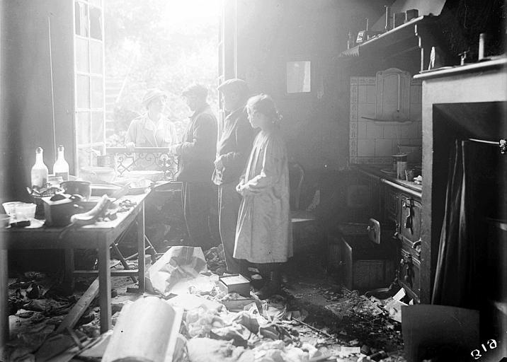 Dégâts causés par la guerre : Mme Atcherson, travailleuse du CARD avec les refugiés constatant le pillage