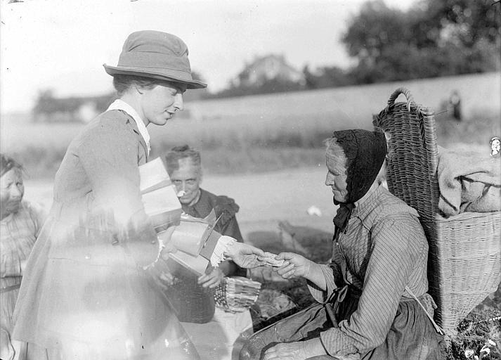 Camion du CARD, évacuation pendant la retraite de 1918 : distribution de biscuits aux réfugiées