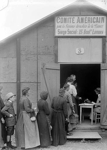 Entrepôt n°3 du CARD pendant la retraite de 1918 : queue des réfugiés