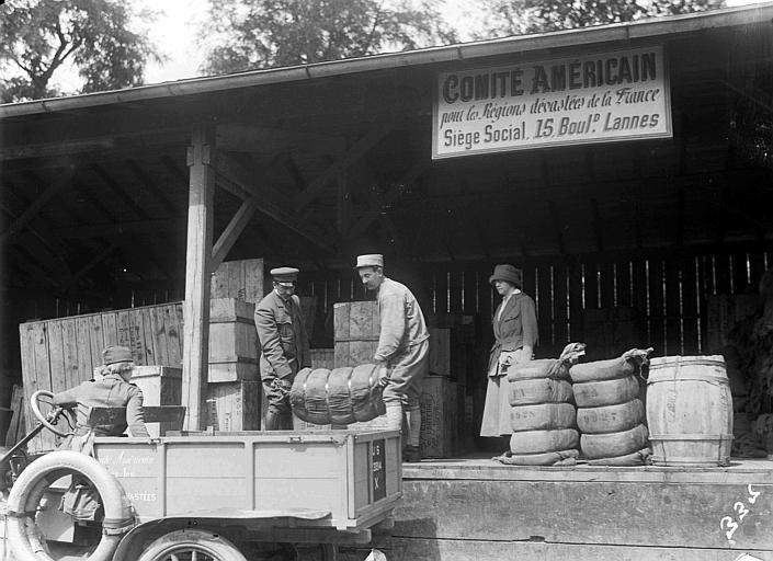 Chargement des camions à l'entrepôt : ballots de marchandises arrivant d'Amérique et expédiés aussitôt dans l'Aisne, Madame Sue K. Watson en arrière plan