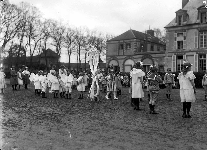 Parc, devant la façade du château : fête du 1er mai à la colonie d'enfants, danses