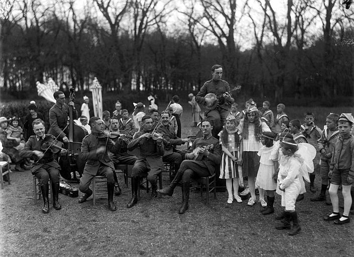 Parc, jazz band de l'armée américaine jouant pour les enfants à la fête du 1er mai, 1919