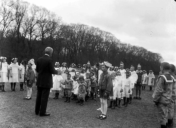 Parc : fête du 1er mai à la colonie d'enfants, groupe d'enfants à l'écoute du discours d'un officiel