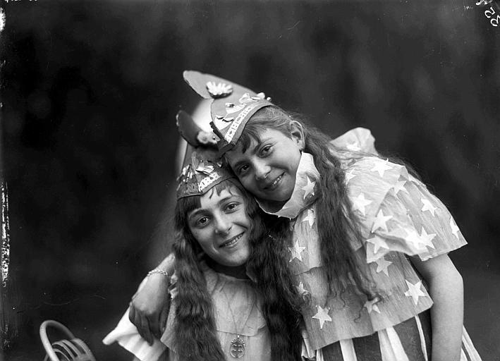 Fête du 1er mai : portraits en costume de danse de Jaqueline Beauchamp et Marcelle Caillot