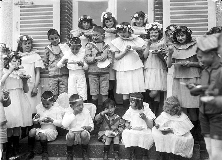 Fête du 1er mai, perron du château : groupe d'enfants en costumes de danse