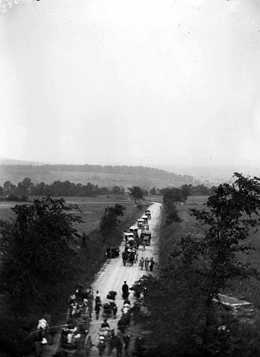 Evacuation : départ de la population d'un village, avec bagages et animaux de ferme, sur la route