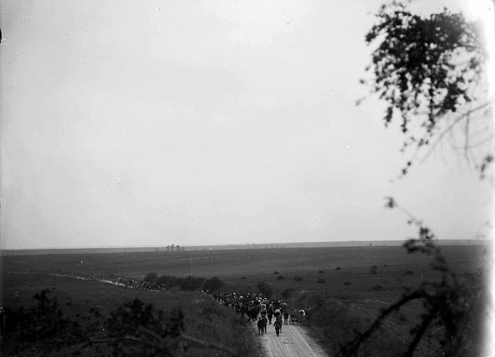 Population de Blérancourt sur la route de Soissons, évacuation