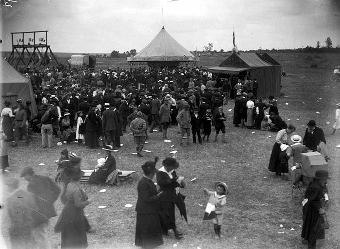 Fête de la victoire organisée par le Comité Américain avec l'assistance des 'Chevaliers de Columbus', foule au milieu des tentes