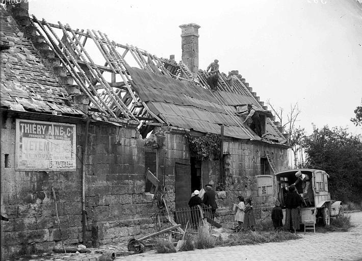 Famille retournant dans son ancienne maison : travaux de couverture temporaire de la charpente