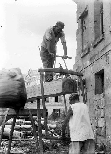 Reconstruction, atelier de travail du boie : scieurs de long au travail