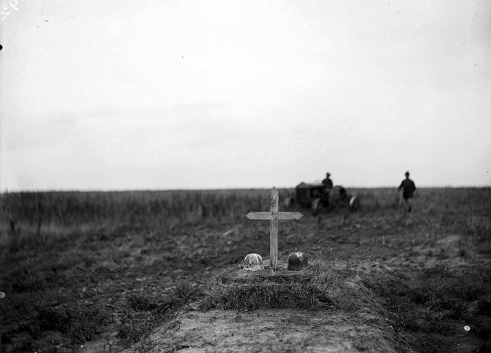 Tombe d'un ou de deux soldats allemands dans les champs