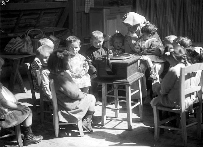 Intérieur, action du service social vers les jeunes enfants : l'électrophone