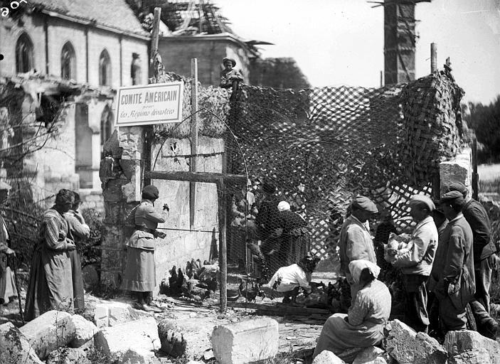 Au milieu des ruines : vente de poulets à la population par le CARD