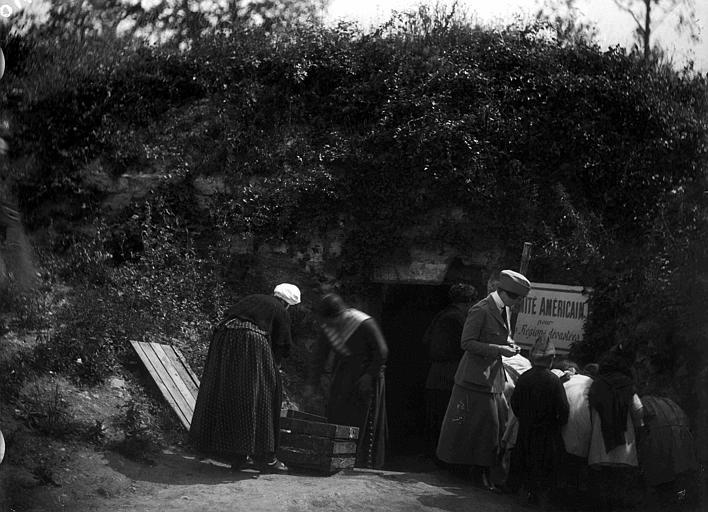 CARD, cave du château en ruines où les lapins étaient réunis pour la distribution