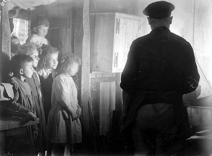 Forge du CARD : enfants regardant le forgeron travailler
