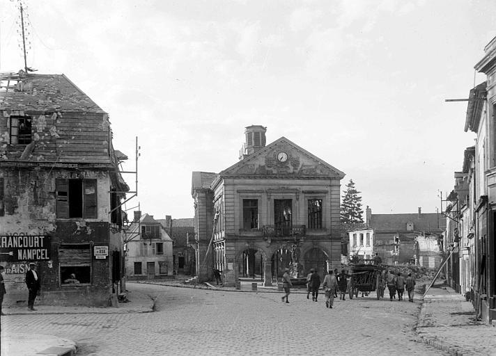 La mairie et la place du marché, vue générale