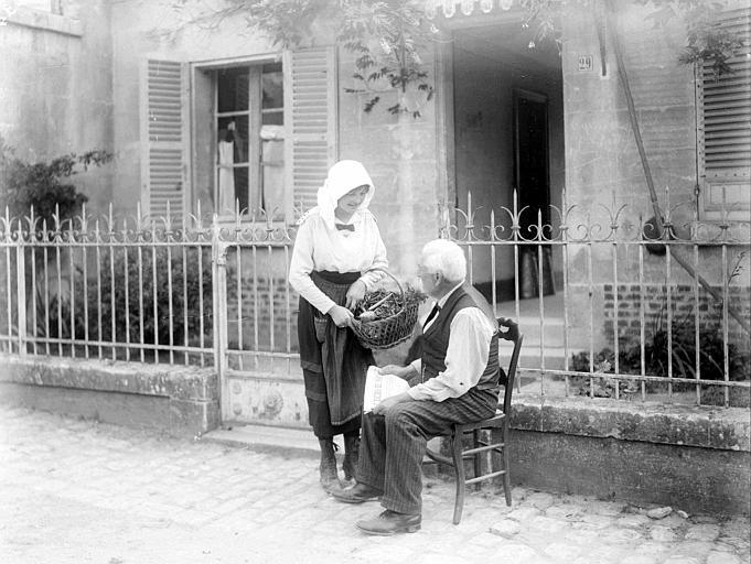 Famille de retour : en pose devant la façade de la maison