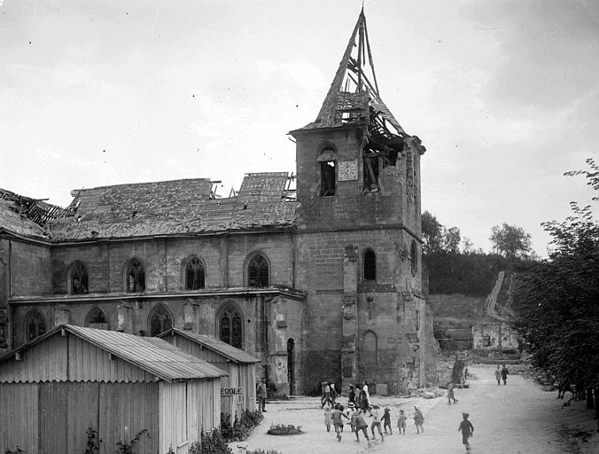 Ensemble des ruines avec l'école temporaire, au premier plan : M. Houssel, le maître d'école