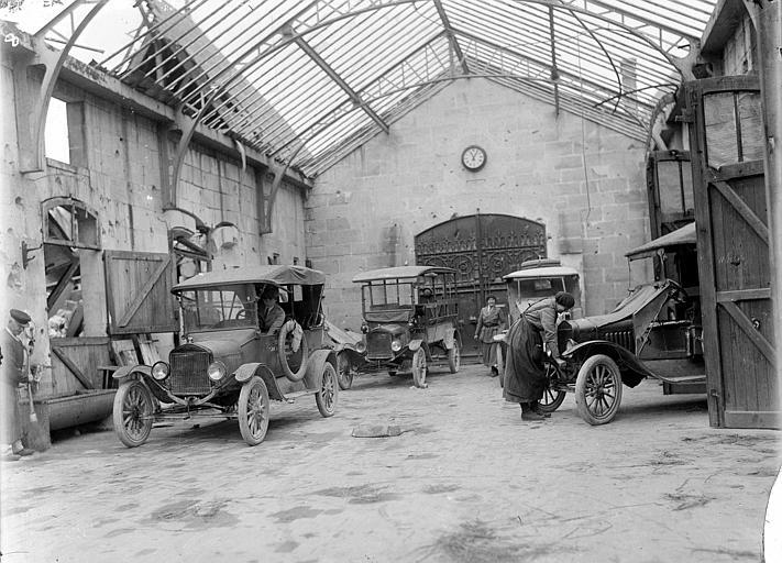 Service automobile dans les communs : garage des camions