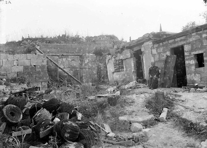 Destruction près de Vic-sur-Aisne : Mme Bezin de Nouvron dans les restes de sa ferme