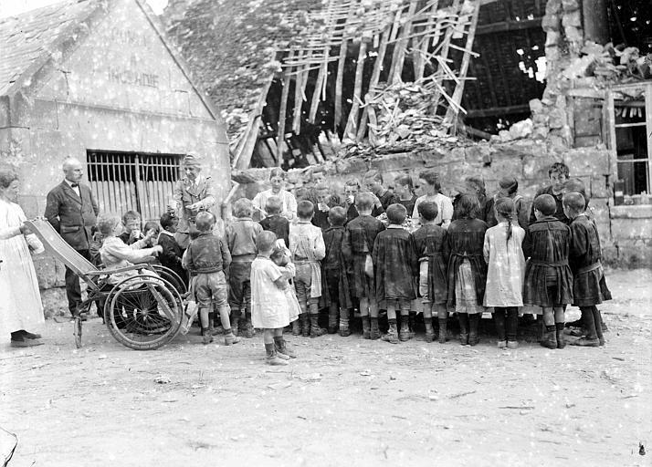 Ruines, gôuter des enfants à l'école : Mlle Margaret Parsons, travailleur du Comité distribue du chocolat chaud et des biscuits