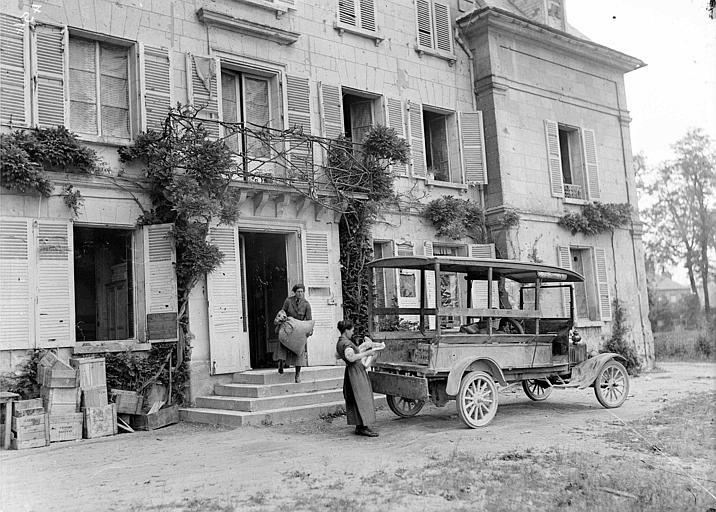Service automobile : chargement d'un camion avec le nécessaire pour les réfugiés, Mlle Louise Barney