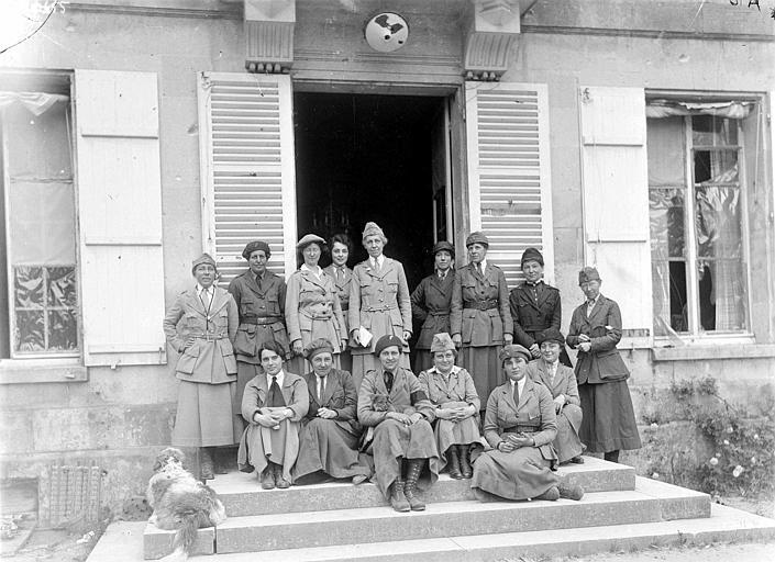 Groupe de travailleurs du comité ; de gauche à droite : Mme Cordeley Dorothy, Mme Bennett Marie, Mme Van Rensellaer Catherine, Mlle Breckenridge Mary, Mme Hewitt Alice et Mme Rose. De gauche à droite, second rang : Mme Parsons Alice et Mme Barney