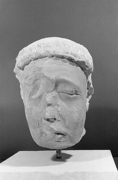 Statue en pierre de Bourgogne, fragment : tête de gisant, de face