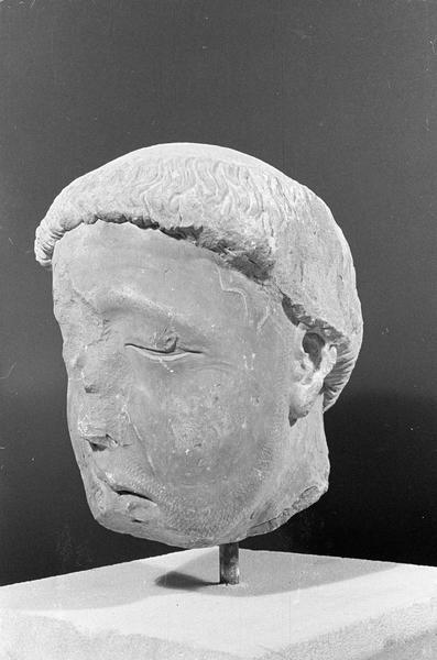 Statue en pierre de Bourgogne, fragment : tête de gisant, de trois quarts gauche