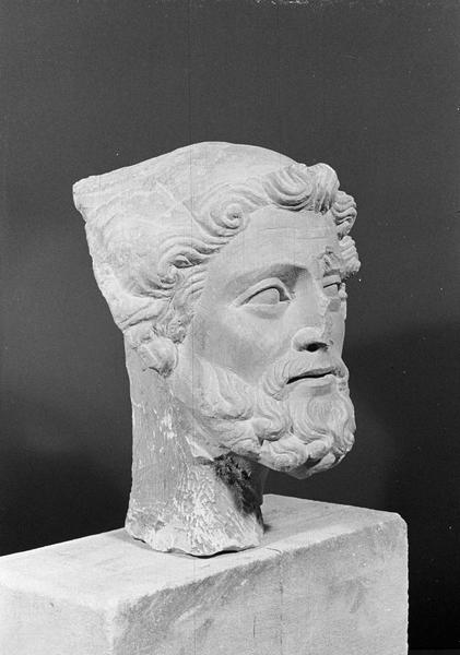 Statue en pierre de Romain, fragment : tête d'homme barbu, de trois quarts droit