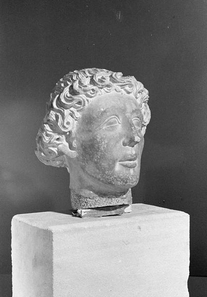 Statue en pierre de Courville, fragment : tête d'homme, de trois quarts droit