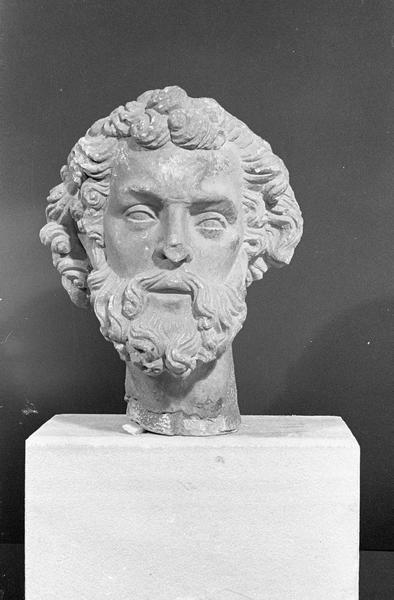 Statue en pierre de Courville, fragment : tête d'homme barbu, de face