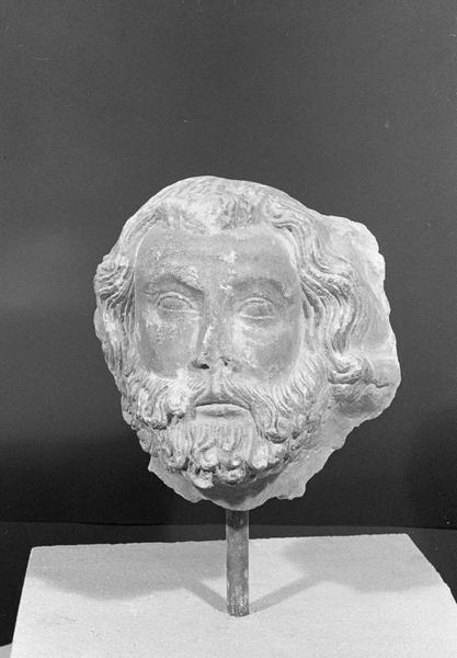 Statue, fragment : tête d'homme barbu, de face