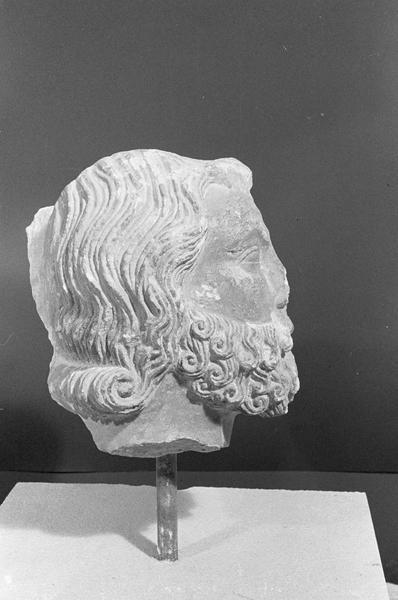 Statue, fragment : tête d'homme barbu, profil droit