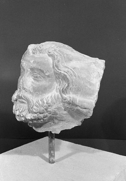 Statue, fragment : tête d'homme barbu, de trois quarts gauche