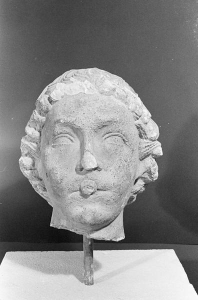 Statue en pierre de Courville, fragment : tête d'ange musicien (instrument manquant), de face