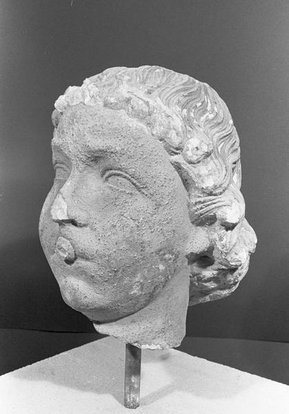 Statue en pierre de Courville, fragment : tête d'ange musicien (instrument manquant), de trois quarts gauche