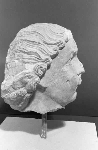 Statue en pierre de Courville, fragment : tête d'ange musicien (instrument manquant), profil droit