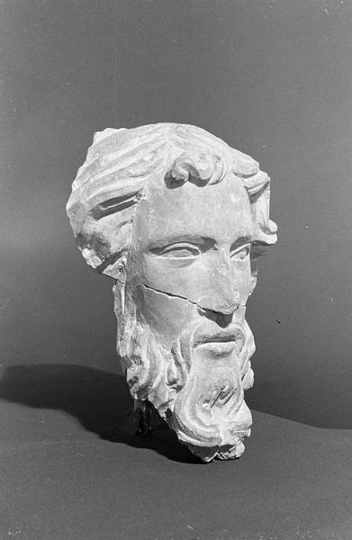 Statue en pierre de Romain, fragment : tête d'homme barbu (cassée en deux), de trois quarts droit