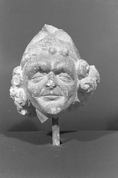 Statue en pierre de Saint-Maximin, fragment : tête d'un tailleur de pierre, de face