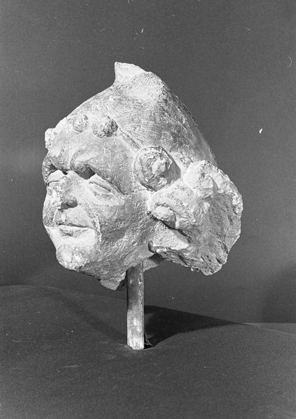 Statue en pierre de Saint-Maximin, fragment : tête d'un tailleur de pierre, de trois quarts gauche