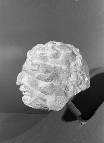 Statue en pierre de Romain, fragment : tête d'homme barbu grimaçant, profil gauche