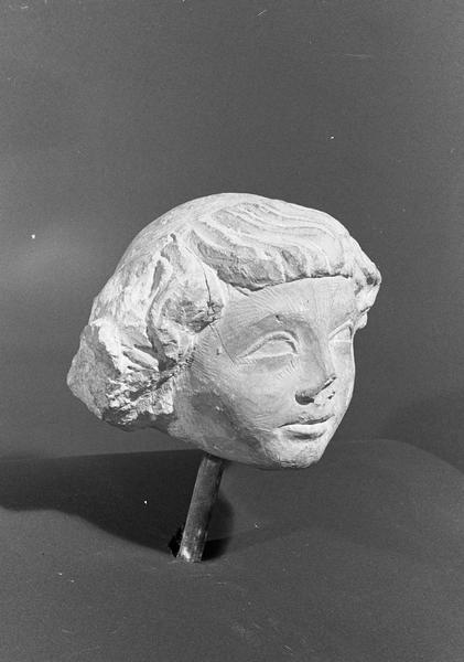 Statue en pierre de Romain, fragment : tête de jeune ecclésiastique, de trois quarts droit