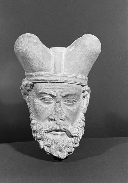 Statue en pierre de Romain, fragment : tête de Grand Prêtre, de face