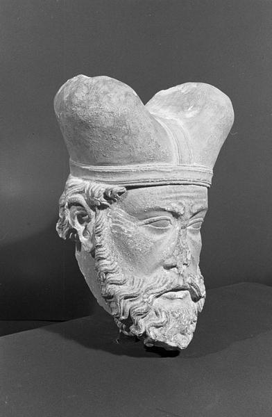 Statue en pierre de Romain, fragment : tête de Grand Prêtre, de trois quarts droit