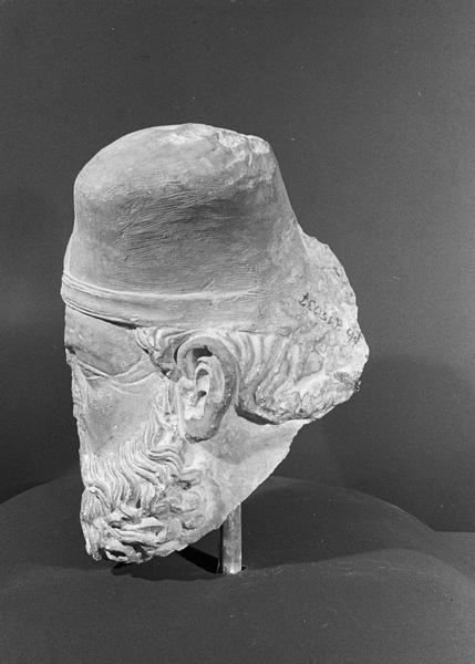 Statue en pierre de Romain, fragment : tête de Grand Prêtre, profil gauche