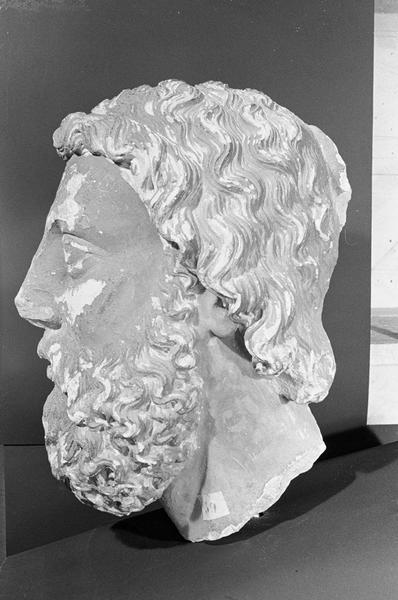 Statue en pierre de Courville, fragment : tête d'homme barbu, profil gauche